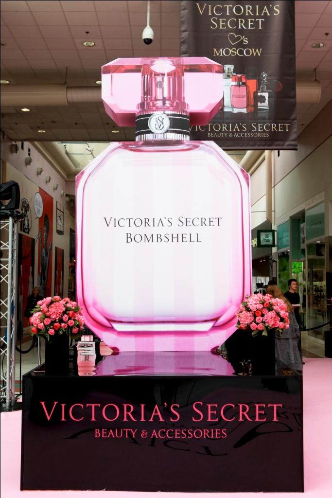Демонстрируют продукты бренда в атмосфере изысканности сексуальности и молодой задорности